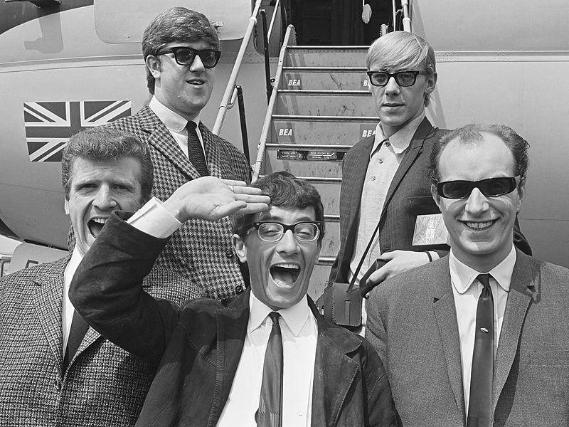 800px-Freddie_en_The_Dreamers_(1964).jpg