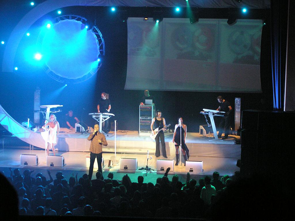 1024px-Thl_in_concert_2004.jpg