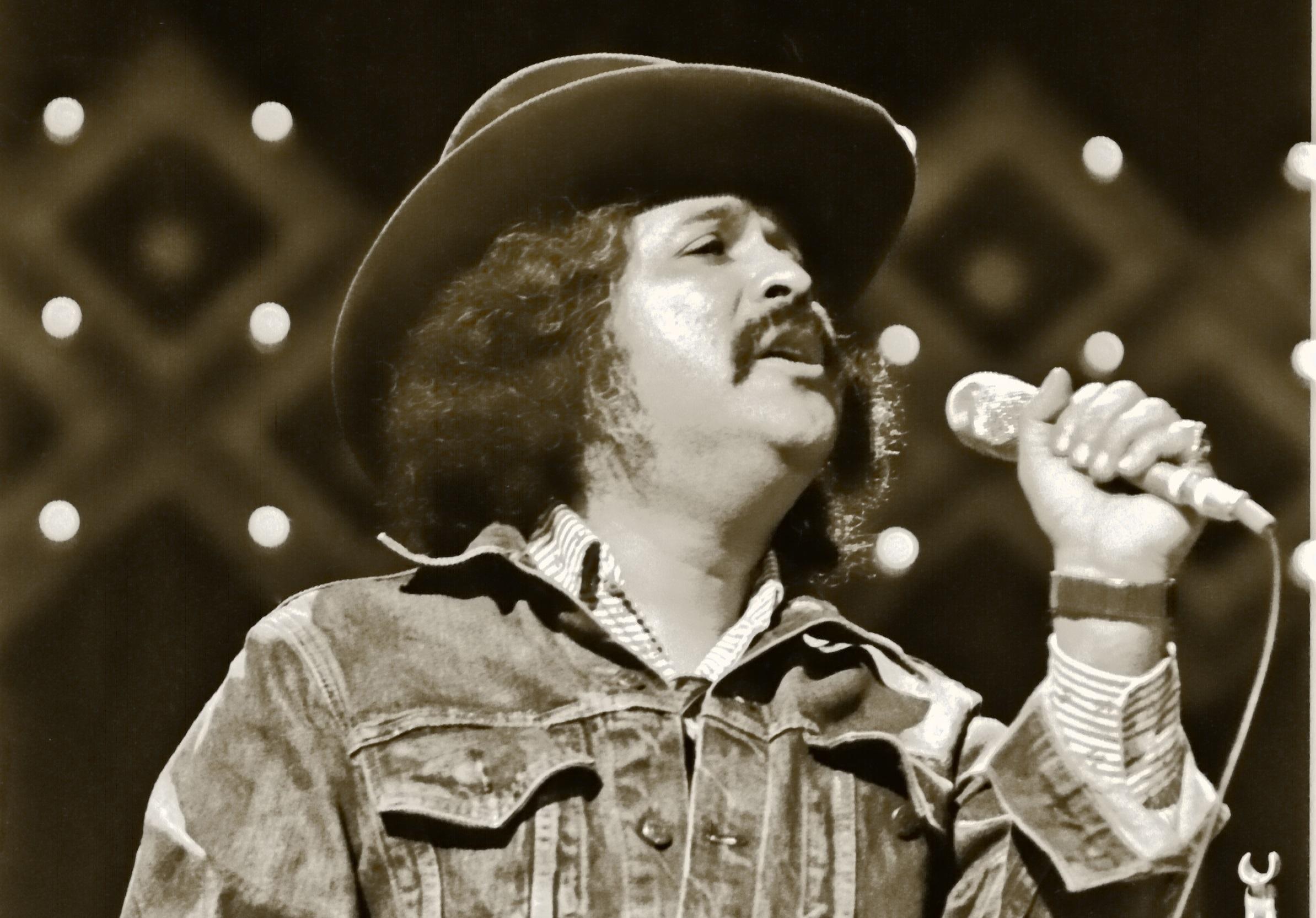 Freddy_Fender_singing_in_1977.jpg